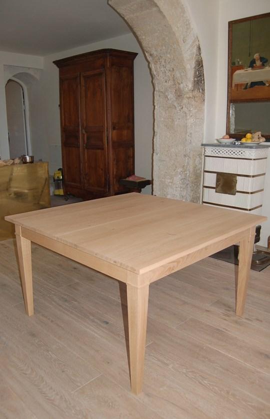Table carrée dans une demeure en Provence